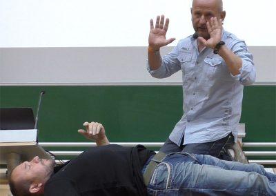 Praxisseminar Krisenmanagement 2019 | Uni-Koblenz: Dr. med. Preißler zeigt professionelle Untersuchungsmethoden bei vermuteten Stich-/Schussverletzungen