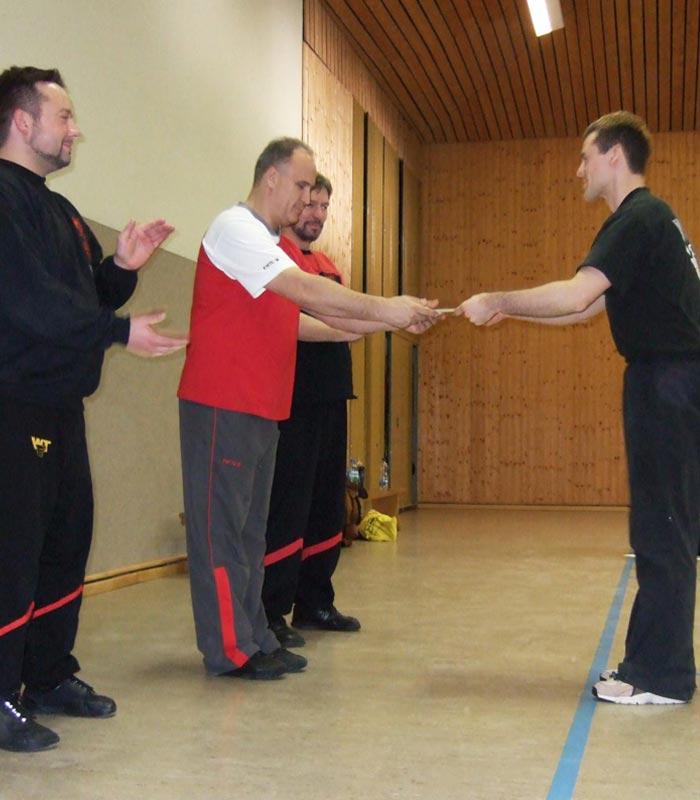 Sifu André mit Sifu Andreas Gross bei der Urkundenübergabe zum 1. Lehrergrad