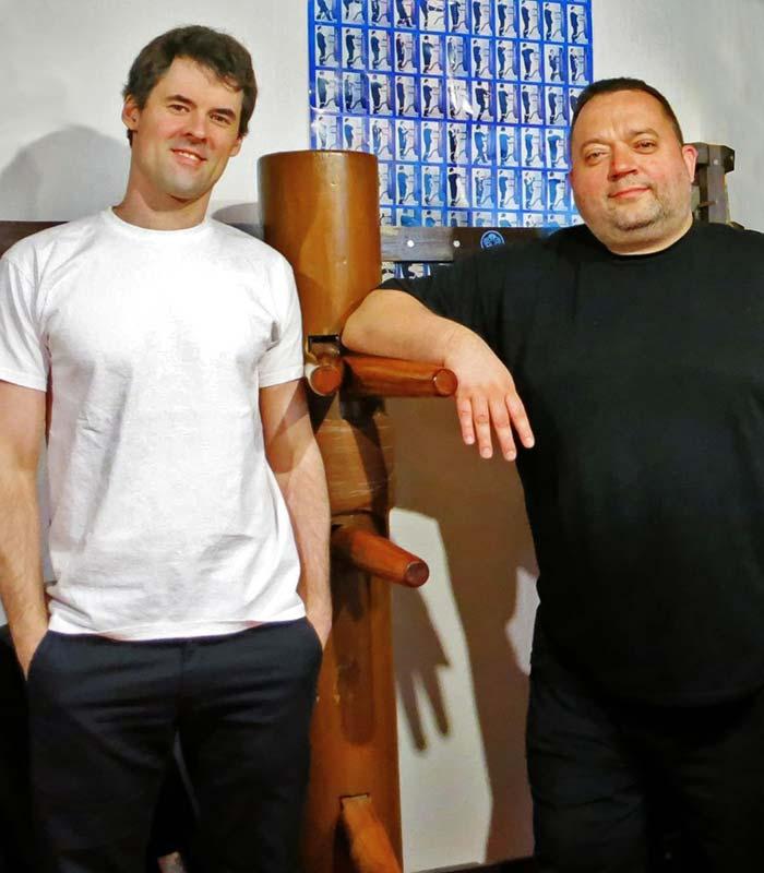 Sifu André Schütte mit seinem Lehrer Sifu Jan-Holger Nahler an der Holzpuppe