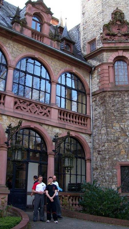 Sifu André vor Schloss Langenzell (mit Sifu K. Kernspecht und Sifu Thorsten Heiligensetzer)